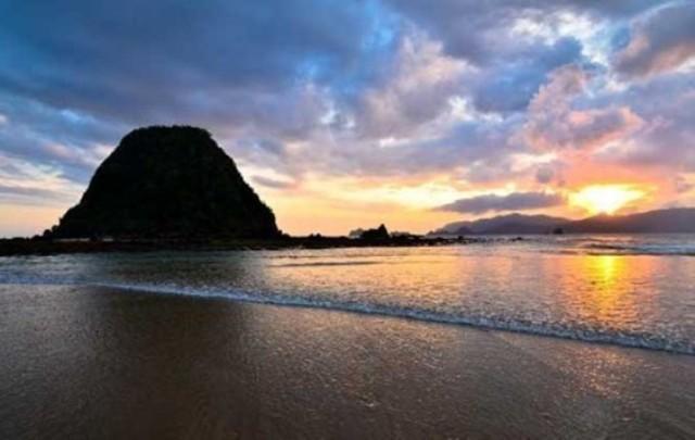Wisata Alam di Jawa Timur - Pantai Pulau Merah