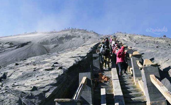 Tangga Menuju Puncak Gunung Bromo